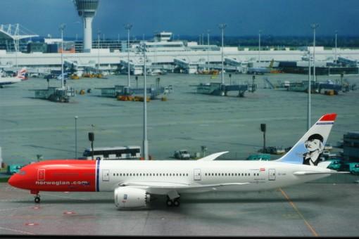 "Norwegian Dreamliner 787-9 Boeing Reg# EI-LNI ""Greta Garbo"" W/Stand Phoenix Models 20121 Scale 1:200"