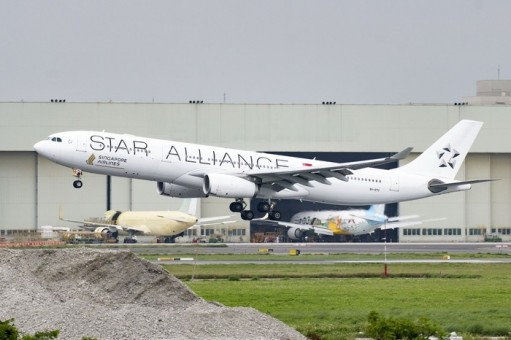 Singapore Star Alliance Airbus A330-300 9V-STU Phoenix 100064 die-cast scale 1:200