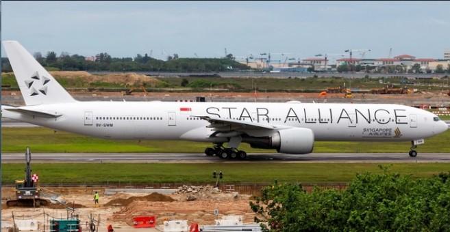 Singapore Star Alliance Boeing B777-300ER 9V-SWM Phoenix 04269 scale 1:400