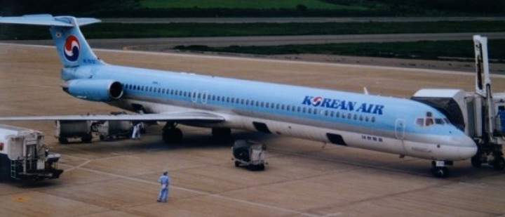 Korean Air MD-83 HL7570 with stand JCWings EW2M83001 scale 1:200