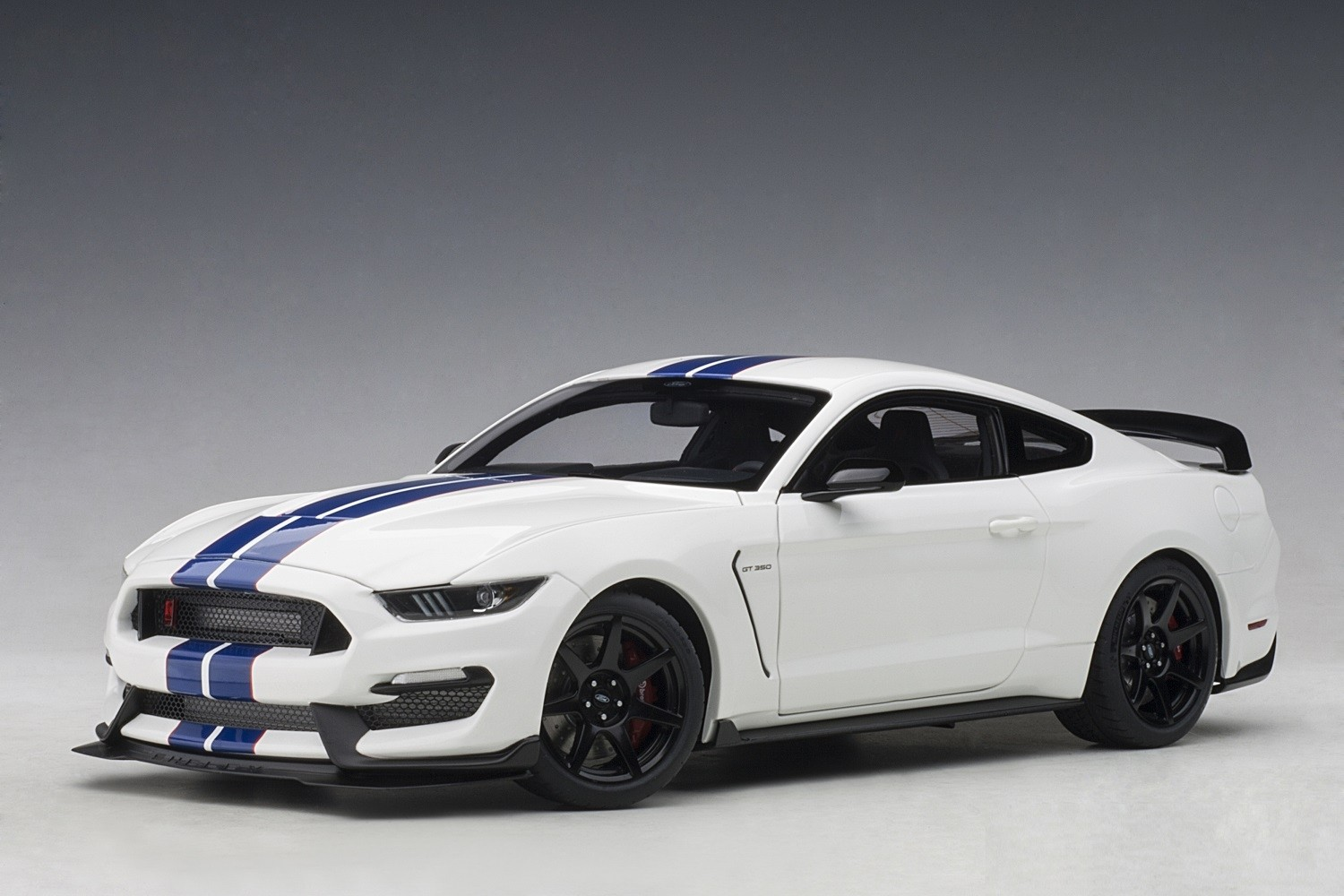 White Mustang Gt >> Ford Shelby Mustang Gt 350r Oxford White W Lightning Blue Stripes Autoart 72931 Scale 1 18