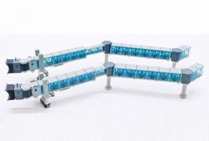 Blue glass Boarding Air Bridge Boeing 737 set with 2 JCWings LH4ARBRDG223 scale 1:400