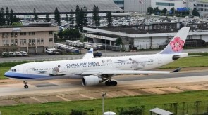 China Airlines Airbus A330-300 B-18361 中華航空 with stand Aviation400 AV4061 scale 1:400