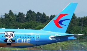 China Eastern Boeing 777-300ER B-2002 Ciie livery 中国东方航空 JC Wings JC4CES461 scale 1:400