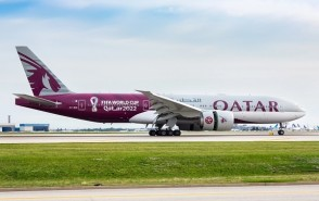 """Flaps down Qatar Airways Boeing 777-200LR A7-BBI """"World Cup"""" colors JC Wings JC4QTR0011A scale 1:400"""