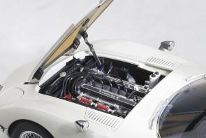 White Toyota 2000 GT wire spoke wheels 78754 AUTOart die-cast scale model 1:18
